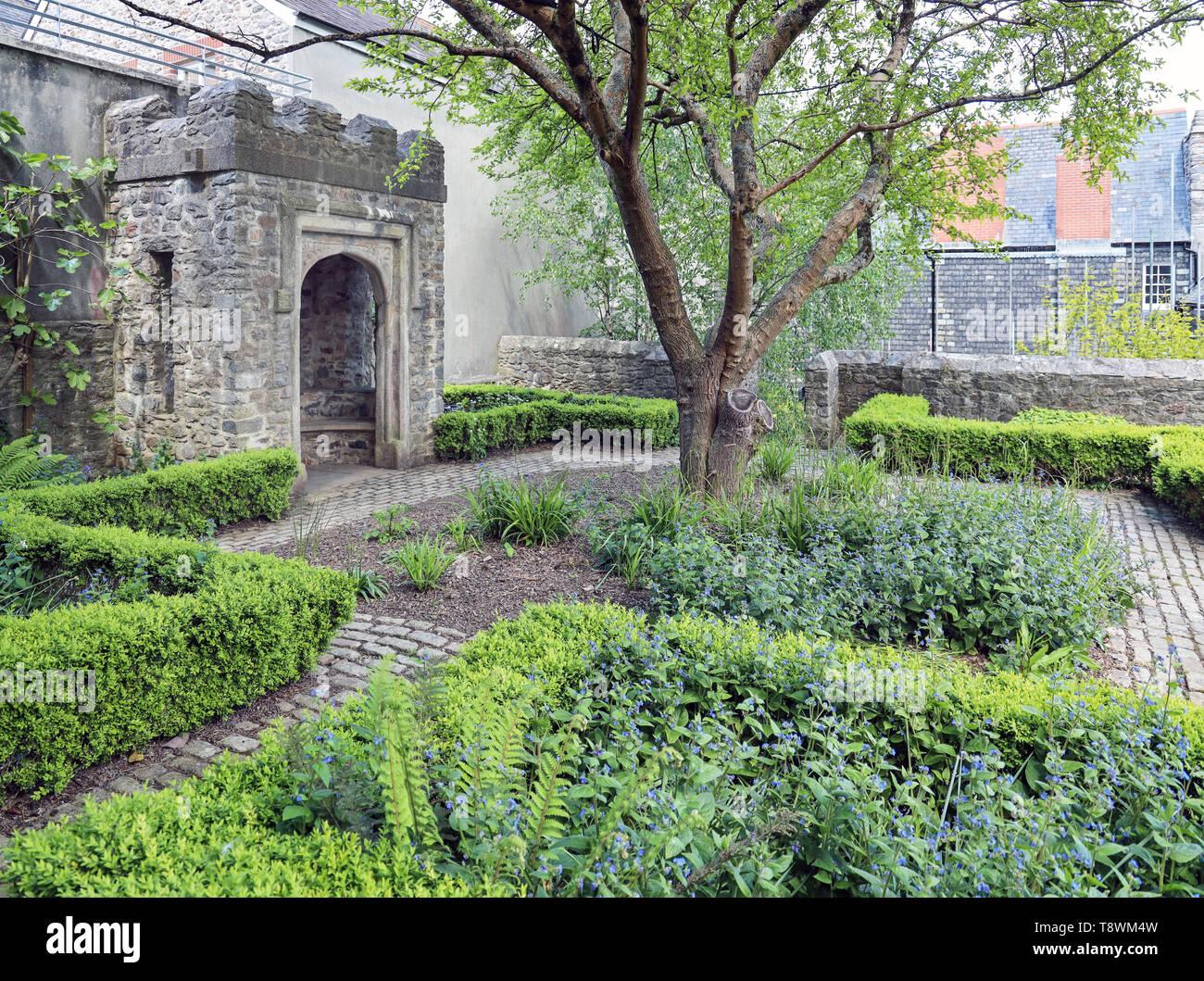 Elisabethanischen Gärten auf der Plymouth historische Barbican. Abgeschiedenen Garten, neue Straße. Mayflower 400 feiern im Jahr 2020 Stockbild