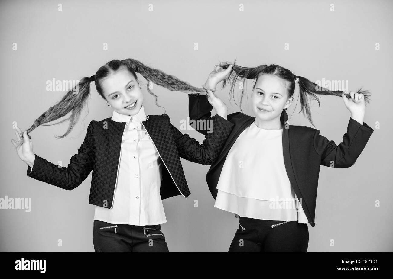Doppel Pferdeschwanze Frisur Die Madchen Geniessen Lange Haare