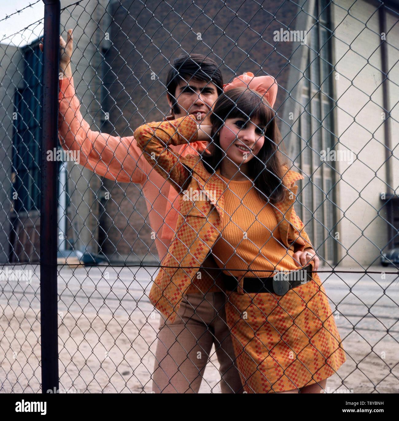 Das Musikerpaar Esther & Abi Ofarim posieren zusammen vor einem Maschendrahtzaun in Berlin, Deutschland 1967. Der Musiker paar Esther & Abi Ofarim zusammen posieren vor einem Maschendrahtzaun in Berlin, Deutschland 1967. Stockfoto