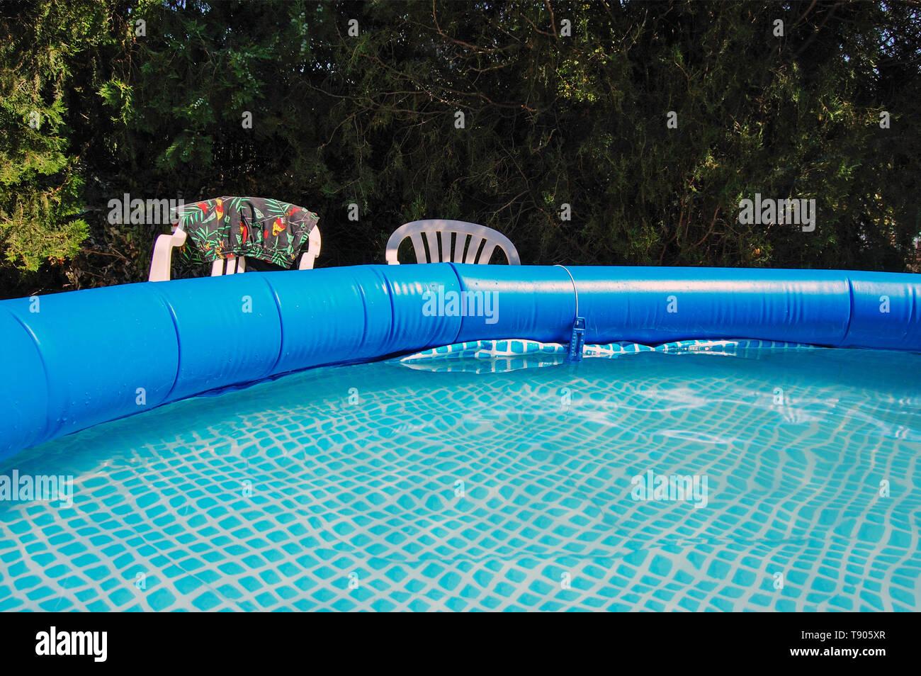 Blauer runder Gummi Pool im Garten Stockfoto, Bild ...