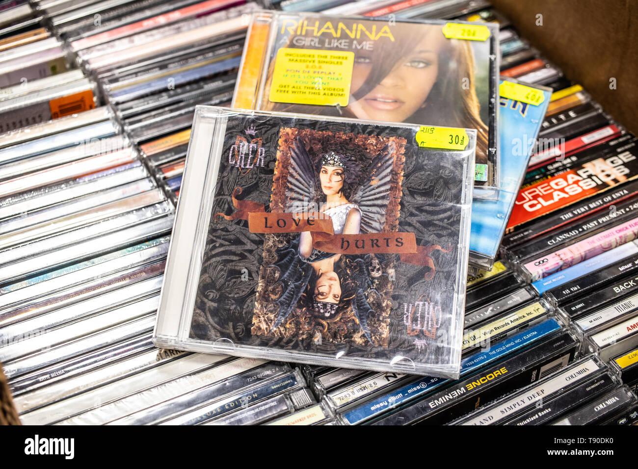 Corato, Polen, 11. Mai 2019: Cher CD Album Love Hurts 1991 auf Anzeige für Verkauf, der berühmte amerikanische Sängerin, Schauspielerin, Sammlung von CD-Musik Alben Stockfoto
