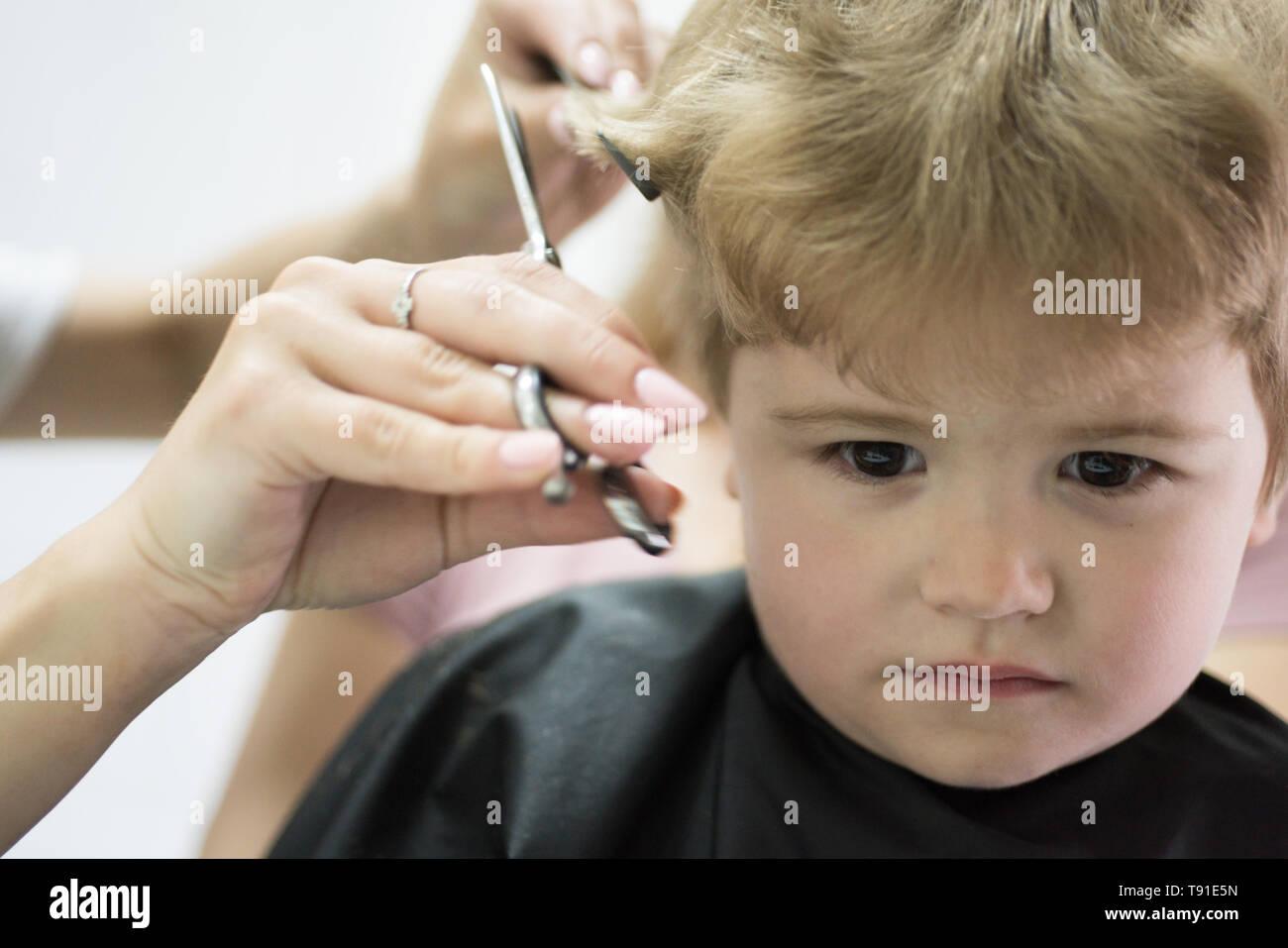 Friseursalon Der In Kleinkinder Spezialisiert Hat Kleiner Junge