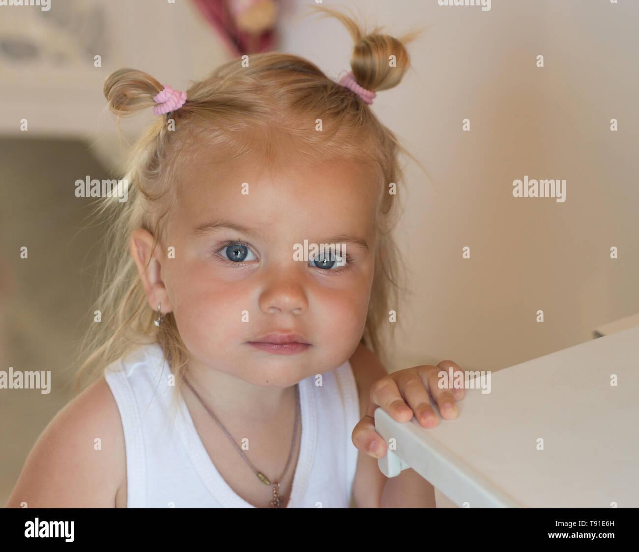 Wird Ein Echter Cutie Kleines Mädchen Mit Bun