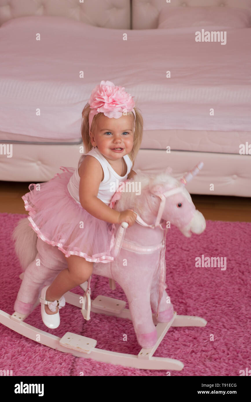 Little Cutie Kleine Blonde Mädchen Fahren Spielzeug Pferd