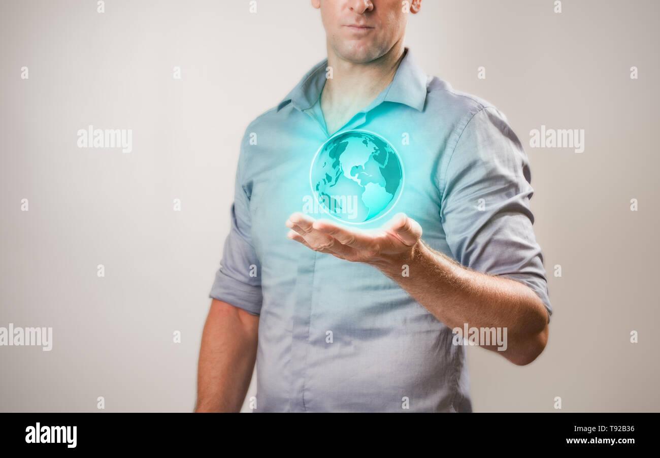 Casualy gekleidete Geschäftsmann Holding virtuelle Projektion der Welt in seiner Hand. Stockfoto