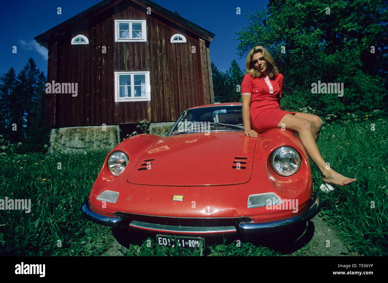 Frau sitzt auf der Ferrari Dino 246 GT Stockbild