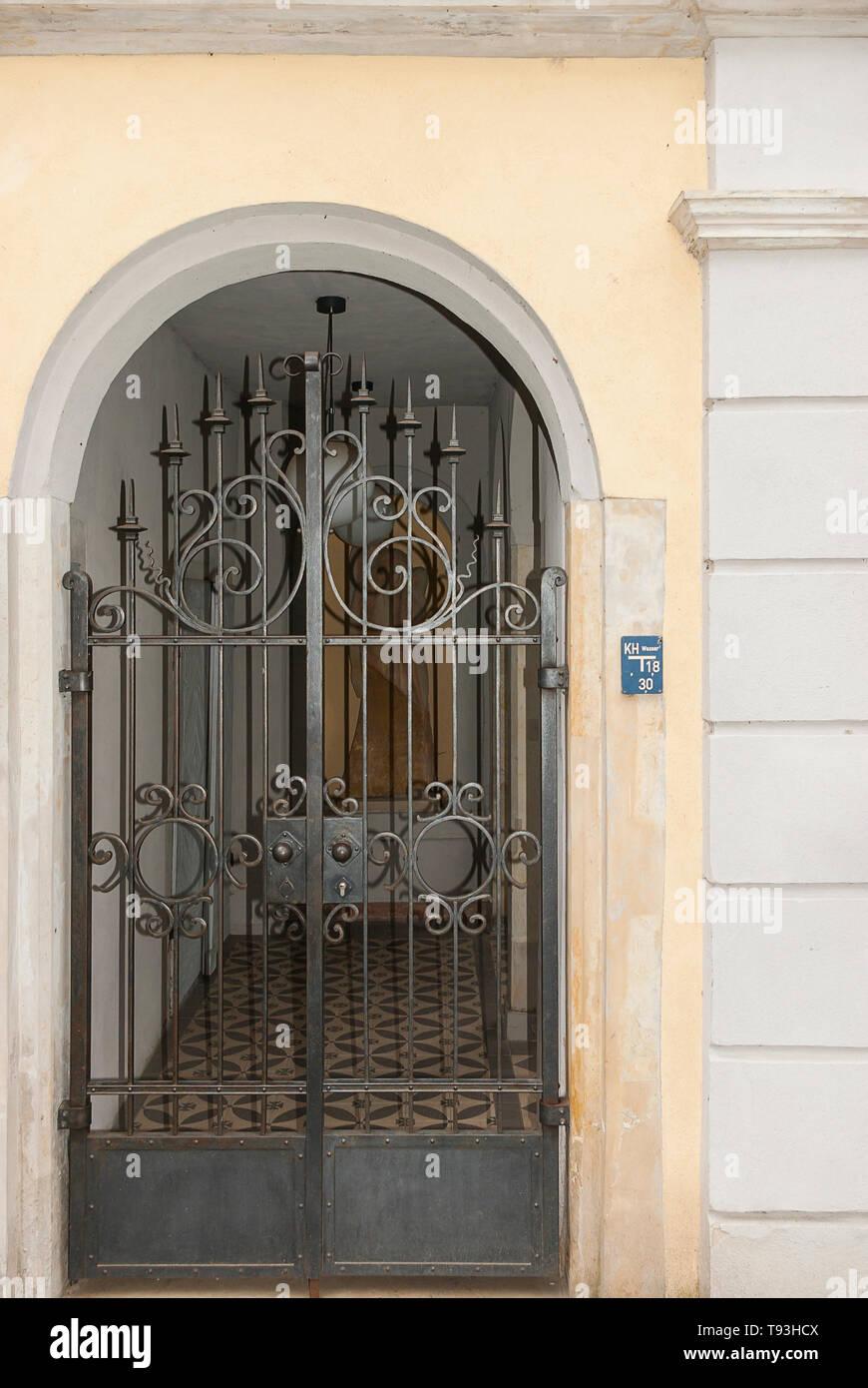 Eisernen Tor in einem Wohngebiet Eingang auf plattleite Straße im Villenviertel von Weisser Hirsch im Stadtteil Loschwitz, Dresden, Sachsen, Deutschland. Stockfoto