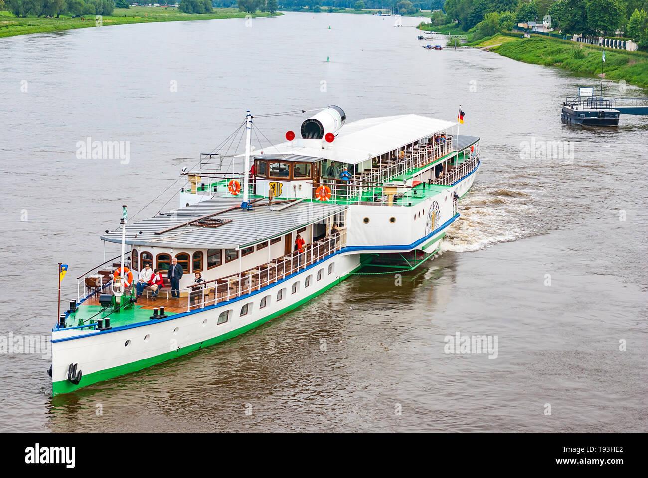 Der Steamboat LEIPZIG ist von der Anlegestelle im Stadtteil Blasewitz in Dresden, Sachsen, Deutschland und Europa abfliegen. Stockfoto