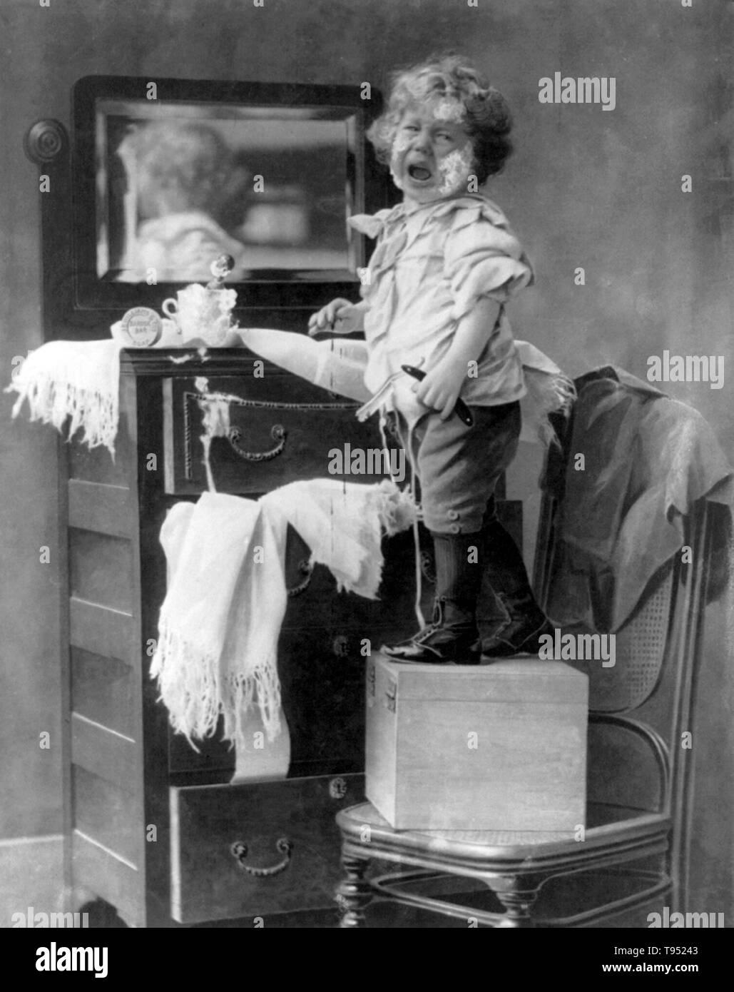 """Mit dem Titel: """"weinende Kind mit blutenden Hand stehend auf Box auf Stuhl vor Spiegel über Kommode und Holding Rasiermesser mit Seife im Gesicht"""". Durch E.Donald Roberts, 1898 fotografiert. Stockfoto"""