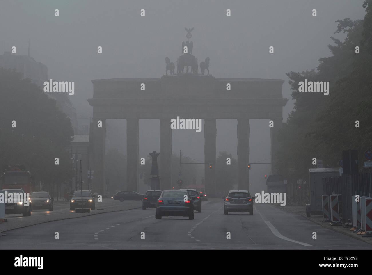 Berlin, Deutschland. 17 Mai, 2019. Dichter Nebel umhüllt das Brandenburger Tor am Morgen. Credit: Paul Zinken/dpa/Alamy leben Nachrichten Stockfoto