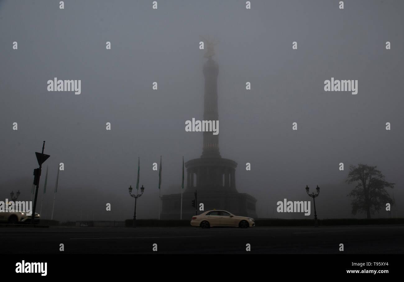 Berlin, Deutschland. 17 Mai, 2019. Dichter Nebel umhüllt die Siegessäule am Morgen. Credit: Paul Zinken/dpa/Alamy leben Nachrichten Stockfoto