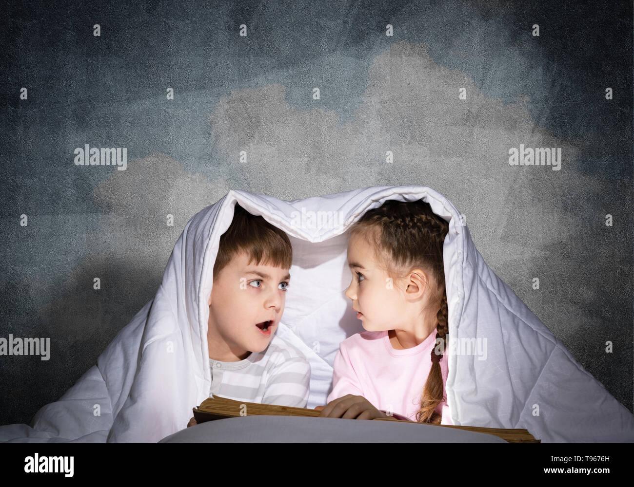 Verängstigten Mädchen und Jungen an der jeweils anderen suchen Stockbild