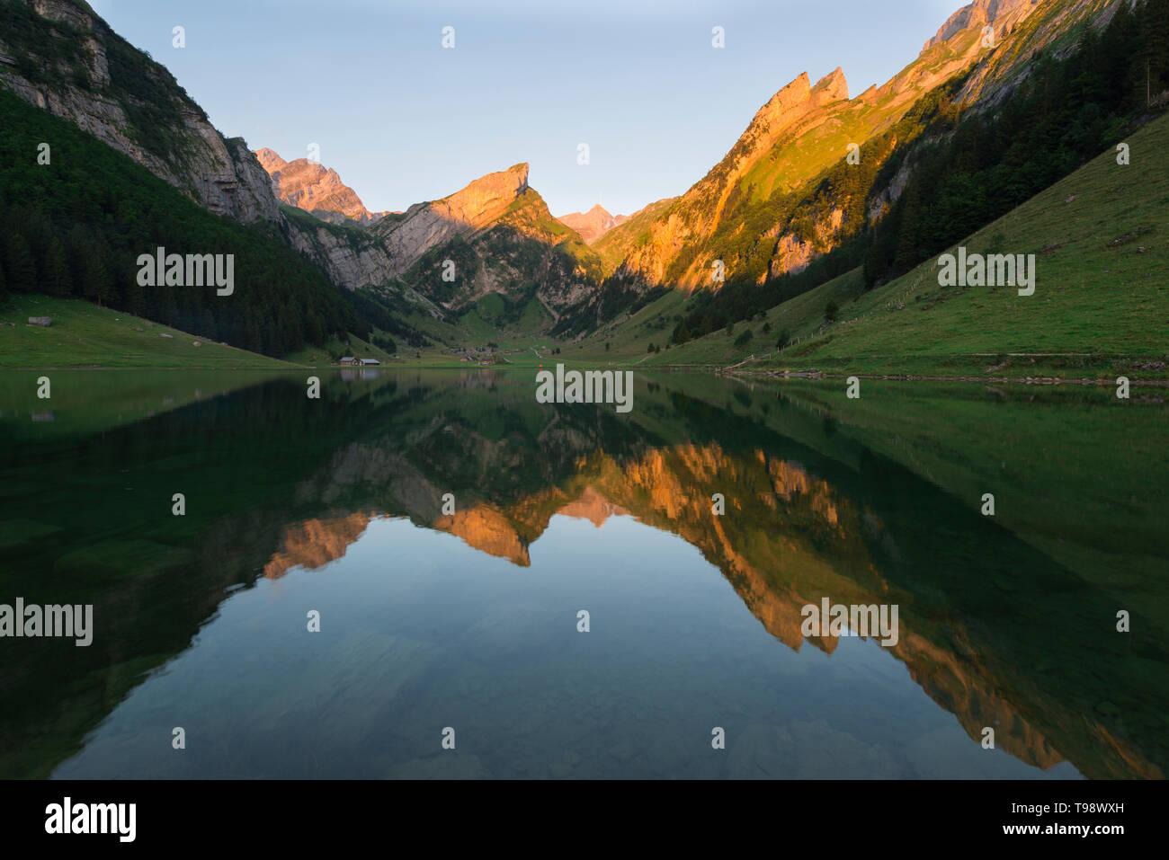Alpenglühen am Säntis mit Seealpsee, Appenzeller Alpen, Schweiz Stockbild