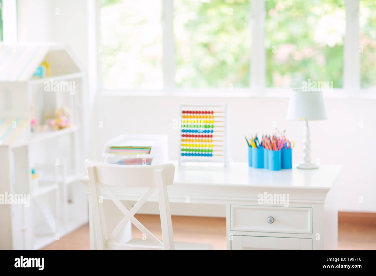 Kinder Schlafzimmer mit Schreibtisch und Puppenstuben. Weiß ...