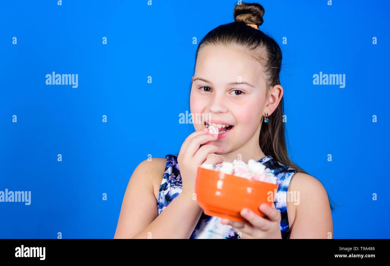 Diät und Kalorien. Sweet Tooth Konzept. Marshmallow. Candy Shop. Kleines Mädchen marshmallow Essen. Gesunde Ernährung und Zahnpflege. glückliche kleine Kinder lieben Süßigkeiten und Leckereien. kopieren. gesunde Zähne. Stockbild