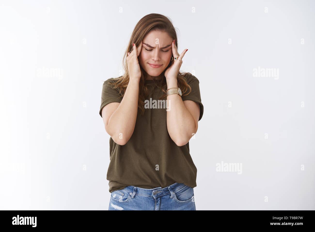 Frau mit riesigen Migräne schmerzliche Gefühl berühren Tempel nicht halten kann Schmerzen, schliessen die Augen finster Intensive unscharf, starke Kopfschmerzen Schmerzmittel Stockbild