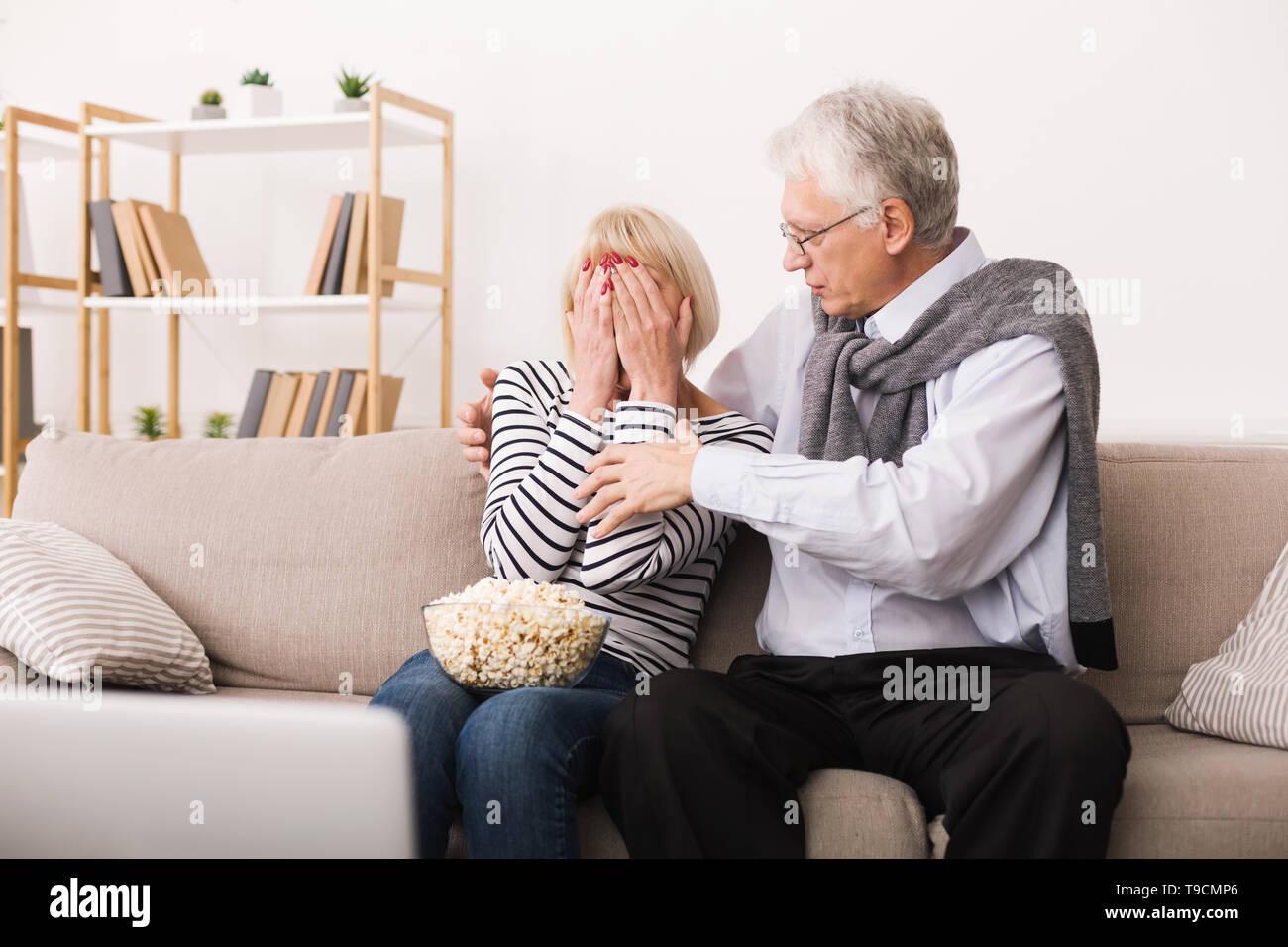 Erschrocken Senior Frau beobachten Horrorfilm mit Ehemann Stockbild