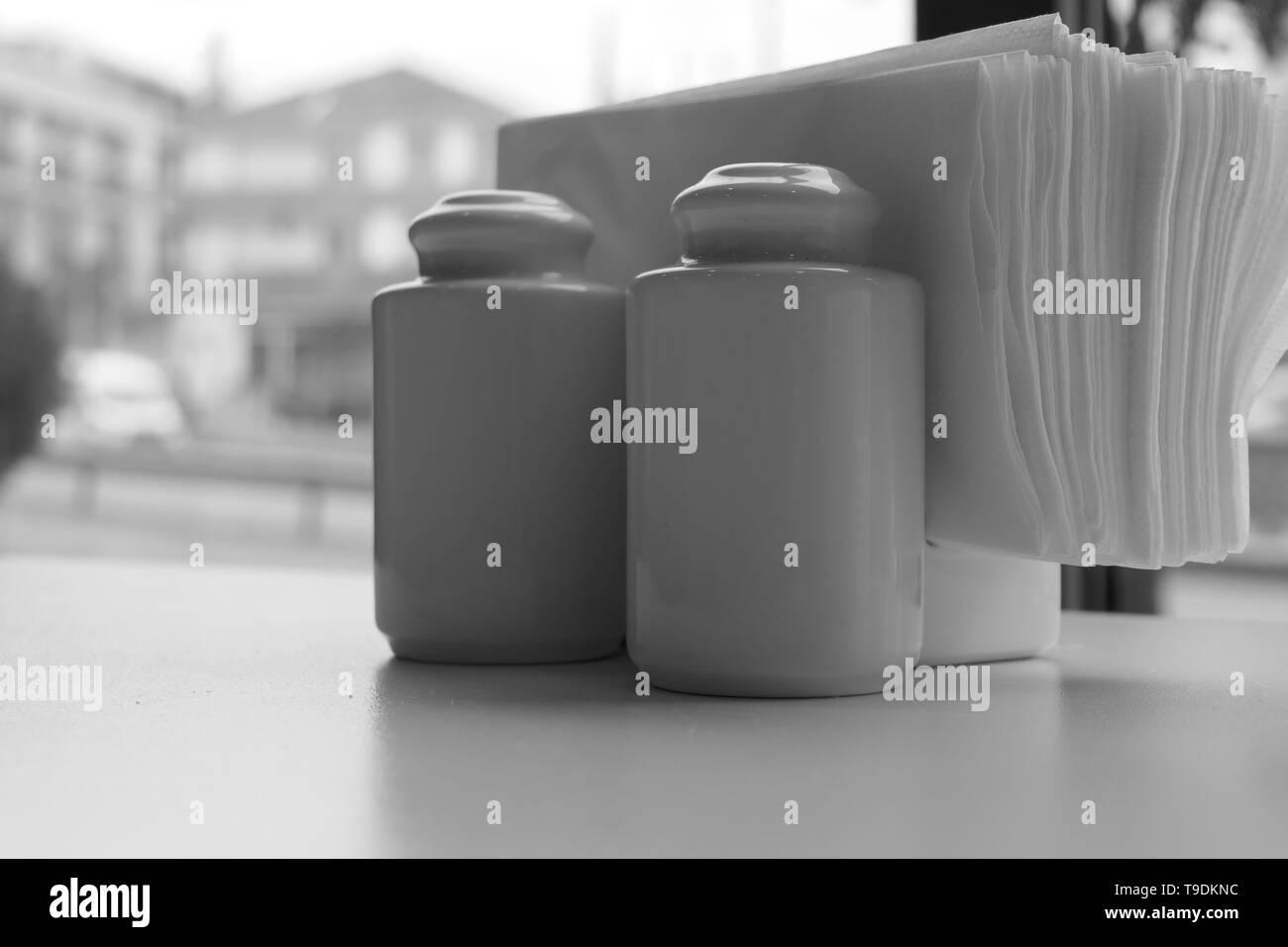 Salz- und Pfefferstreuer in künstlerischen Graustufen Stockbild