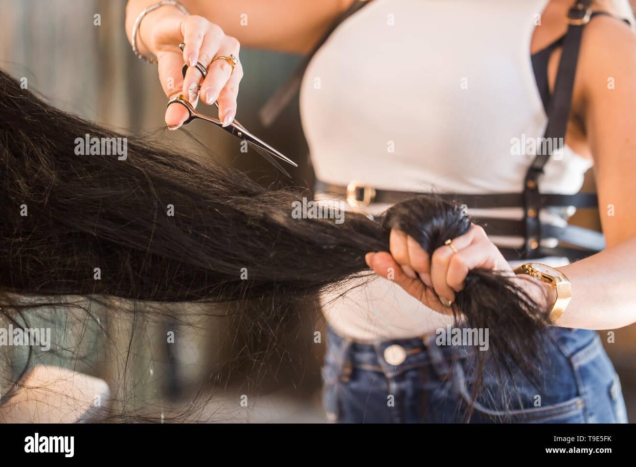 Weibliche friseur Halten in der Hand Haarsträhne, Schere ...