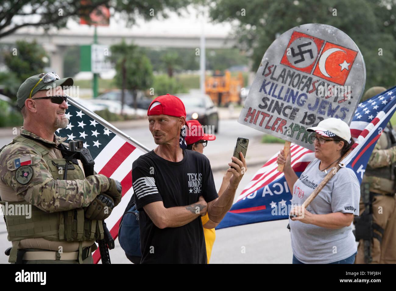 Die Demonstranten, einige öffnen die Waffen legal, Rallye außerhalb von Austin, Texas, Hotel, in dem umstrittenen Muslimischen Kongressabgeordnete Ilhan Omar sprach bei der Stadt iftar Abendessen. Omar wird vorgeworfen, die antisemitischen Äußerungen. Stockbild