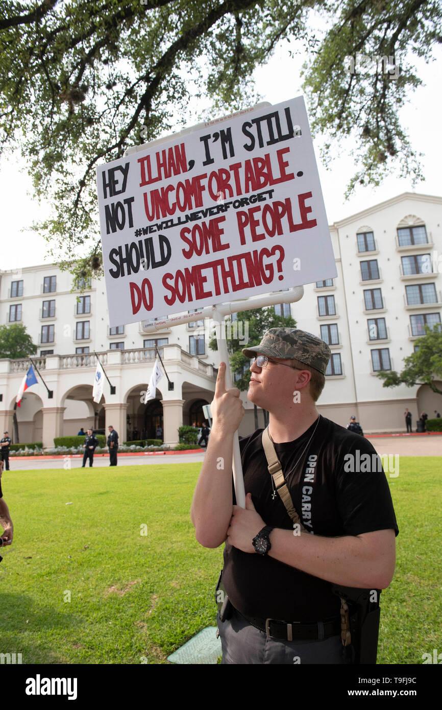 Anti-Muslim Demonstranten, viele offen tragen Waffen (rechtlich), sammeln Sie außerhalb eines Hotel in Austin, Texas, wo muslimische Kongressabgeordnete Ilhan Omar von Minnesota an der Austin City Sprach-weiten iftar Abendessen zu Ehren der 14. Tag des Ramadan. Stockbild