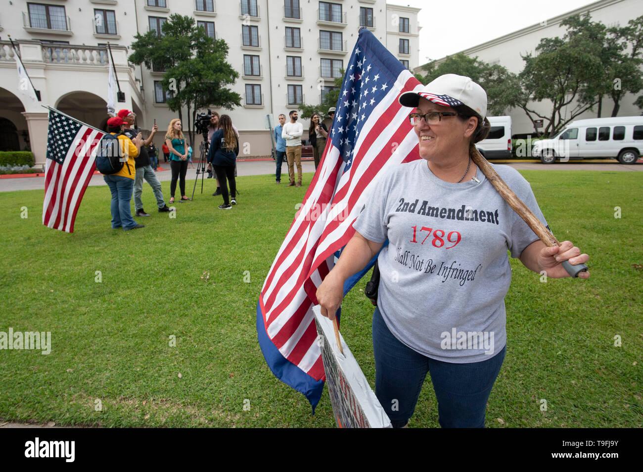 Anti-Muslim Demonstranten, darunter Melanie Bäche in Killeen, Texas, sammeln Vor dem Hotel wo Musselin Kongressabgeordnete Ilhan Omar von Minnesota an der Austin City mit einer Überschrift versehen - breite iftar Abendessen. Stockbild