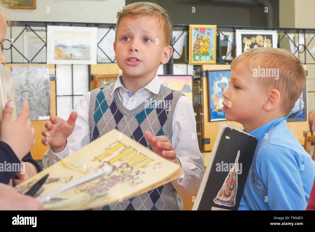 Volksschule Kursteilnehmer erklärt emotional ein Heimarbeit oder Geschichte Stockbild