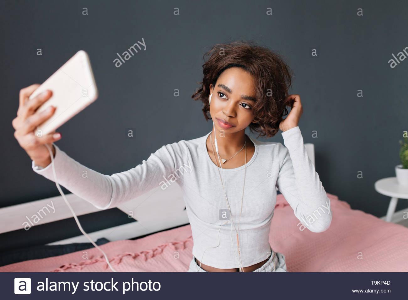 teen girl selfies auf dem bett