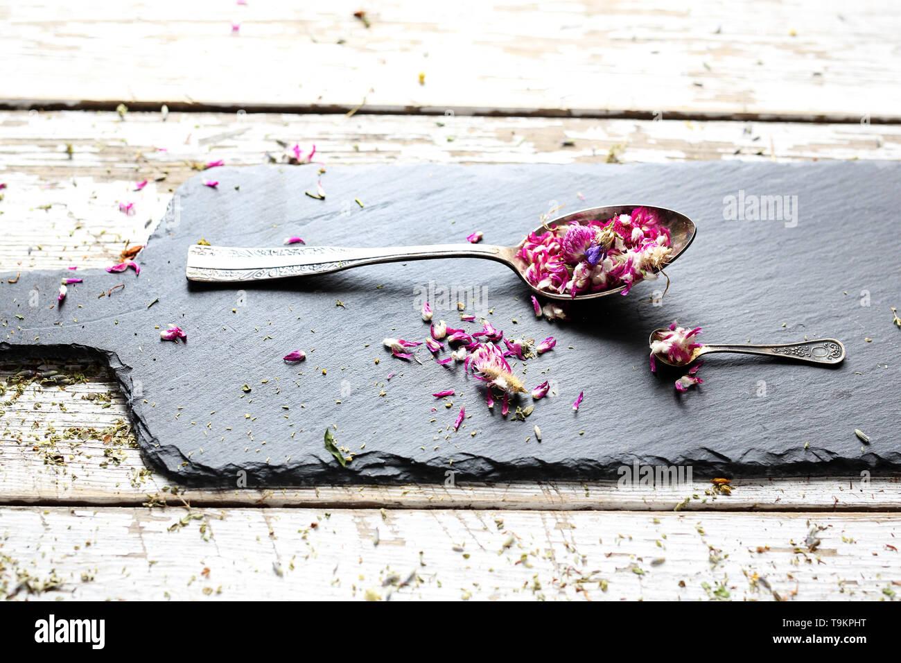 Getrocknete Blütenblätter. Eine natürliche, natürliche Heilung mix, Gesundheit direkt aus der Natur. Stockbild