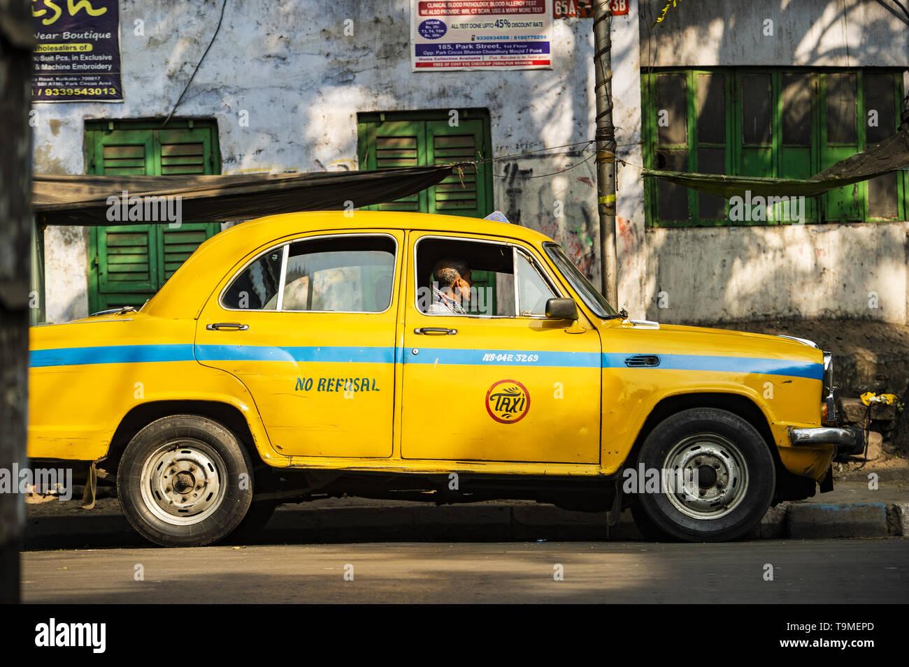Ein Taxifahrer wartet auf Fahrgäste in Kalkutta, Indien. Stockfoto