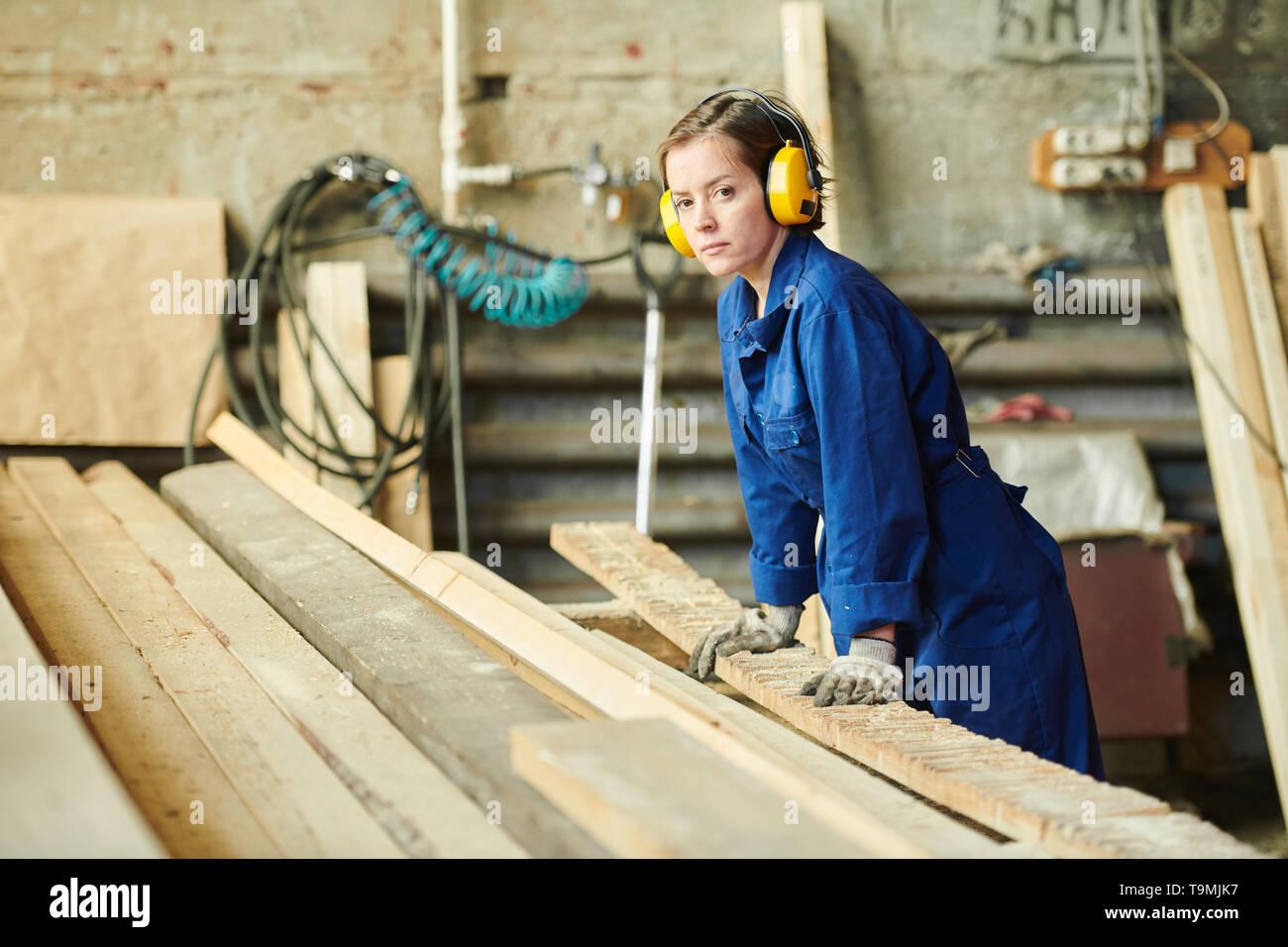 Frau Arbeiten bei Manufaktur Stockbild