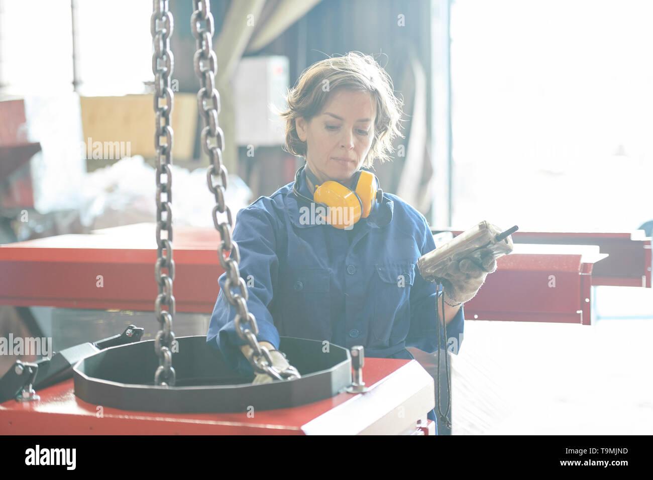 Weibliche Arbeitnehmer im Werk Stockbild