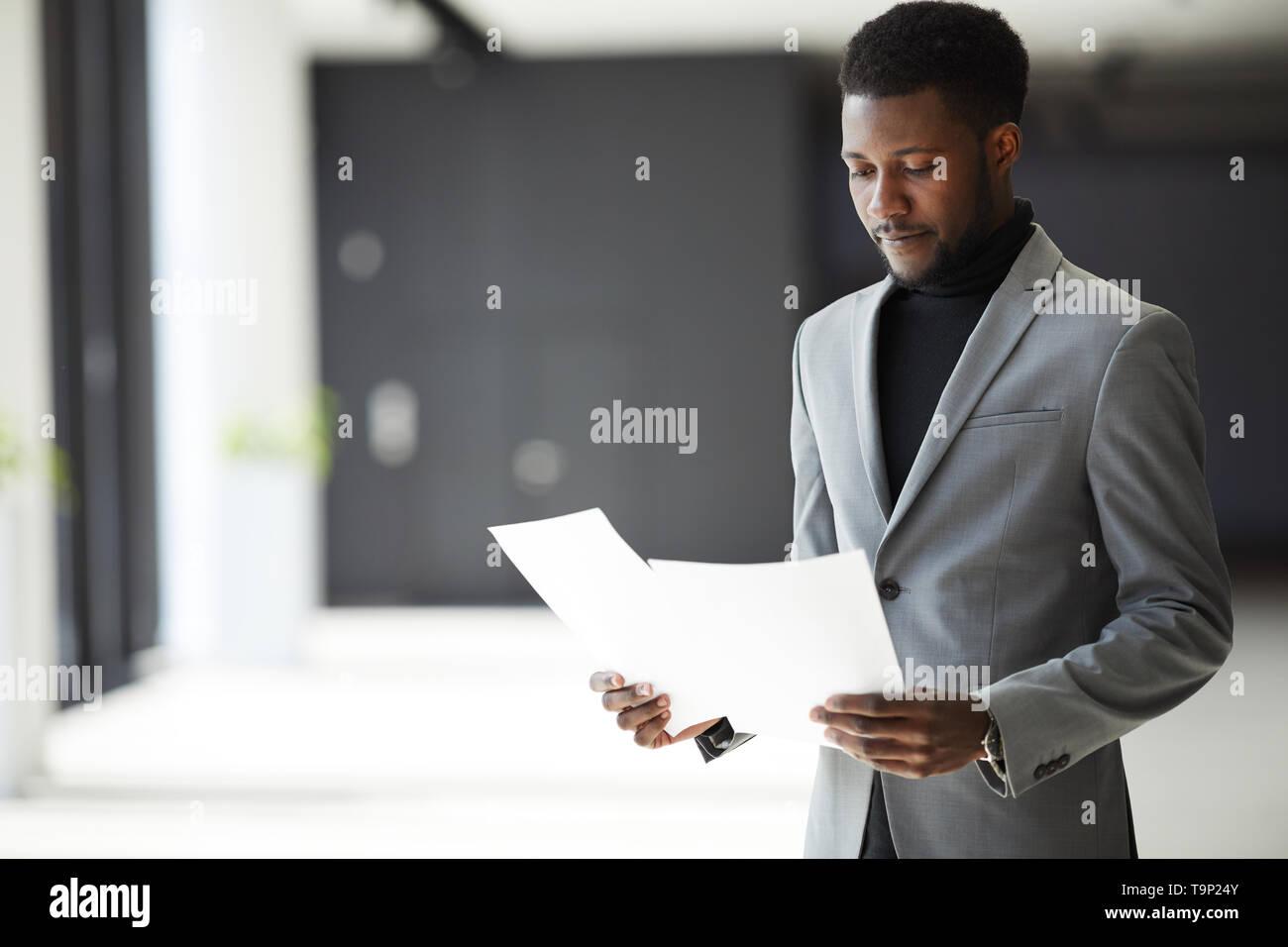 Afro-amerikanische Manager Prüfung der Dokumente Stockbild