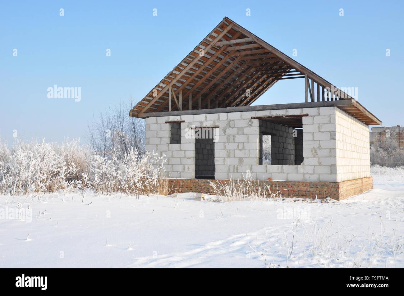 Ein Haus zu bauen, im Winter. Neubau von Haus aus Porenbeton ...