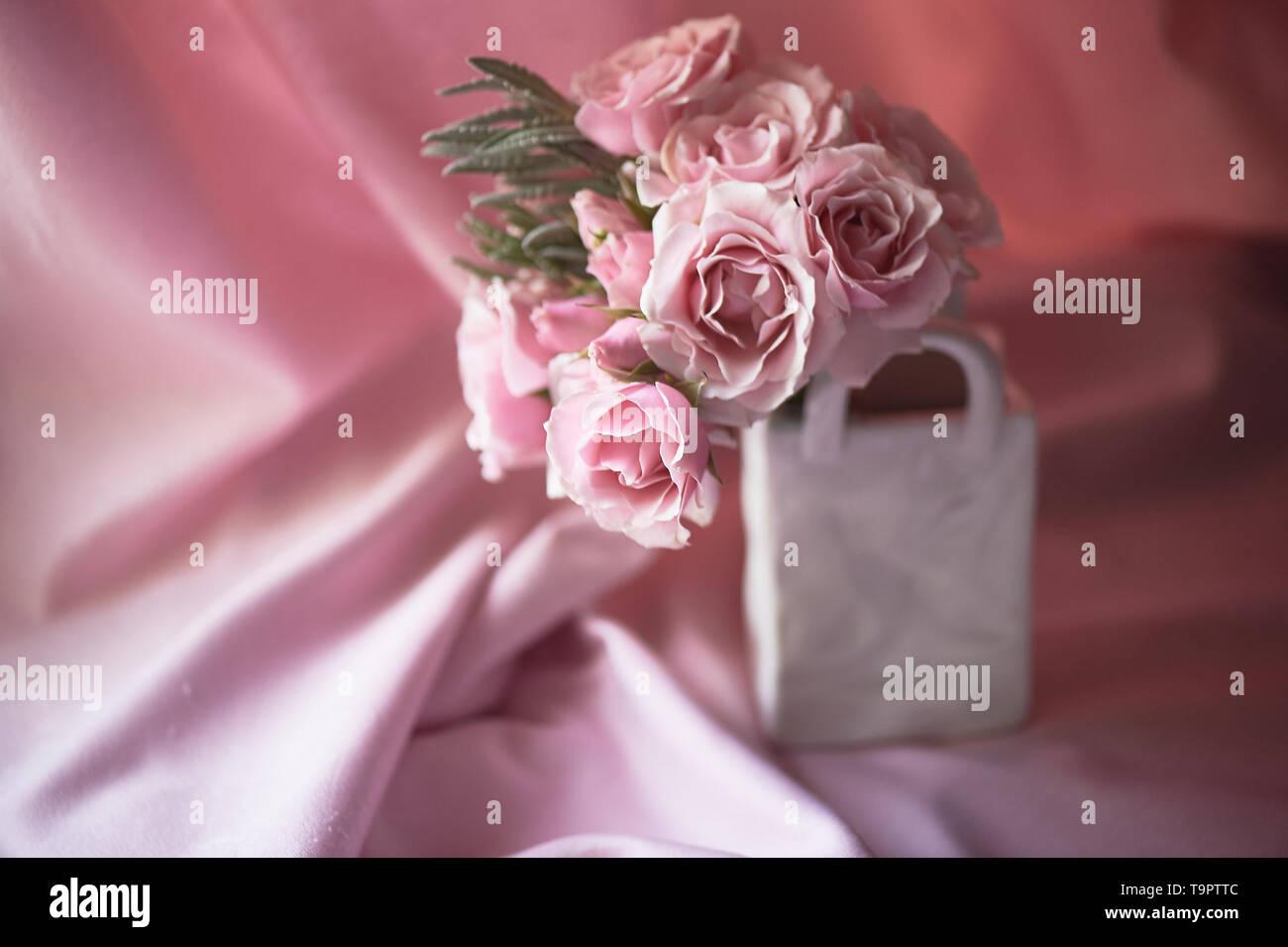 Einen kleinen Blumenstrauß aus Rosen. Hochzeit Floristik. Zarte Pastellfarben. Vase bag Stockbild