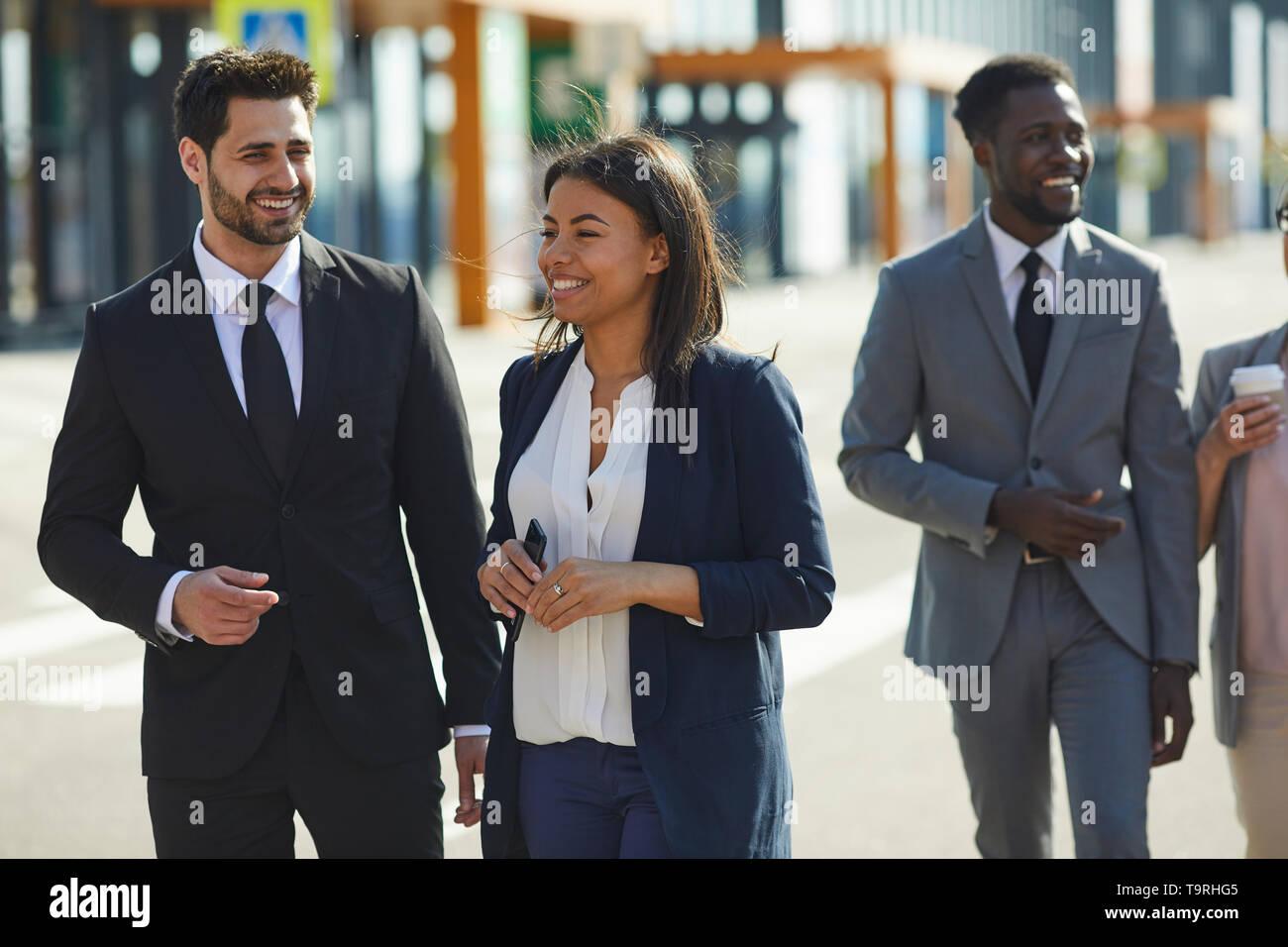Positive multi-ethnischen Kollegen zu Fuß über die Straße Stockbild