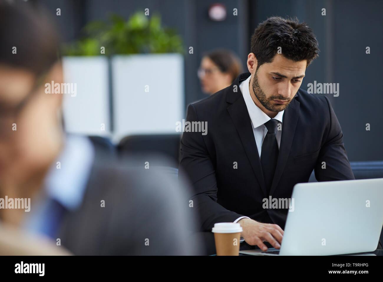 Nachdenklich Geschäftsmann in der Lobby arbeiten Stockbild