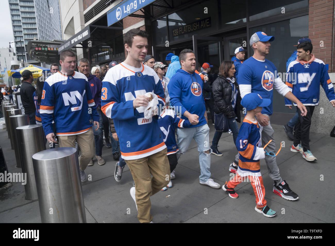 Gewidmet der New York Rangers Fans zu Fuß von der LIRR Station an den Stanley Cup Endspiele an Barklay Zentrum in Brooklyn, New York. Stockbild