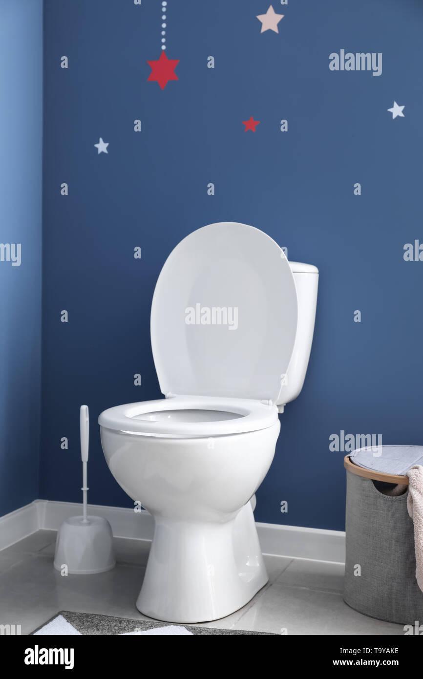 Moderne Keramik WC-Schüssel in der Nähe der Farbe Wand in ...