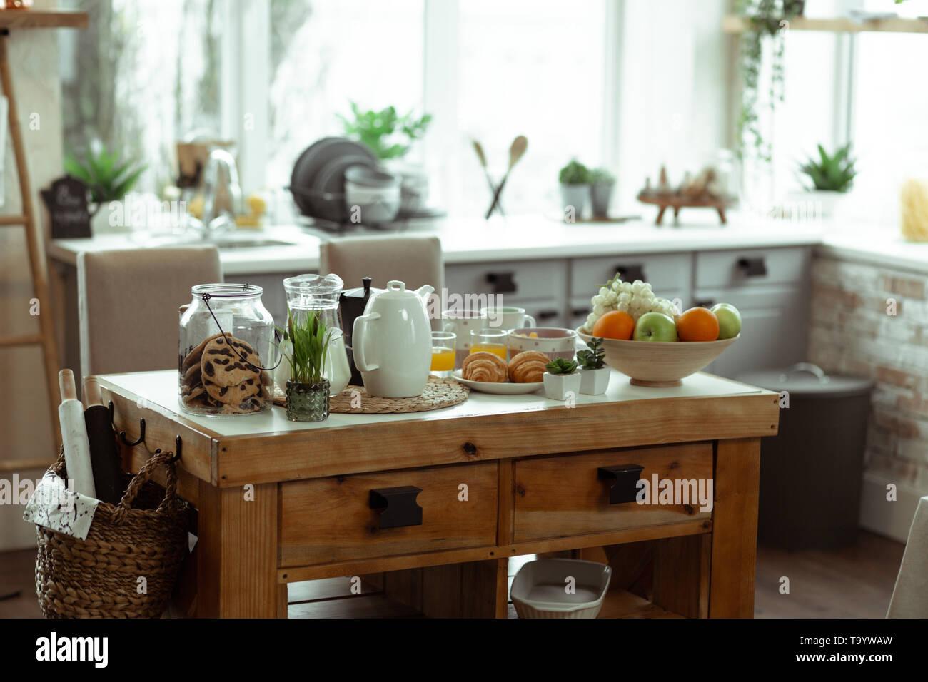 Foto von stilvoll mit Holz Tisch in der Küche platziert werden Stockbild