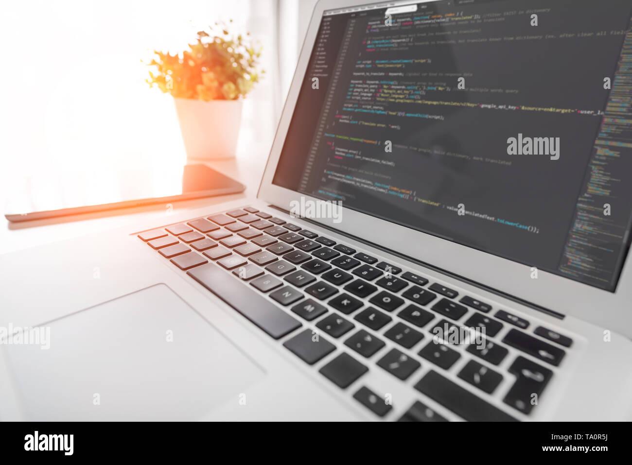 Programmierung Code auf dem Laptop Bildschirm. Code Sprache, Web site Entwickler am Arbeitsplatz im Büro. Stockfoto