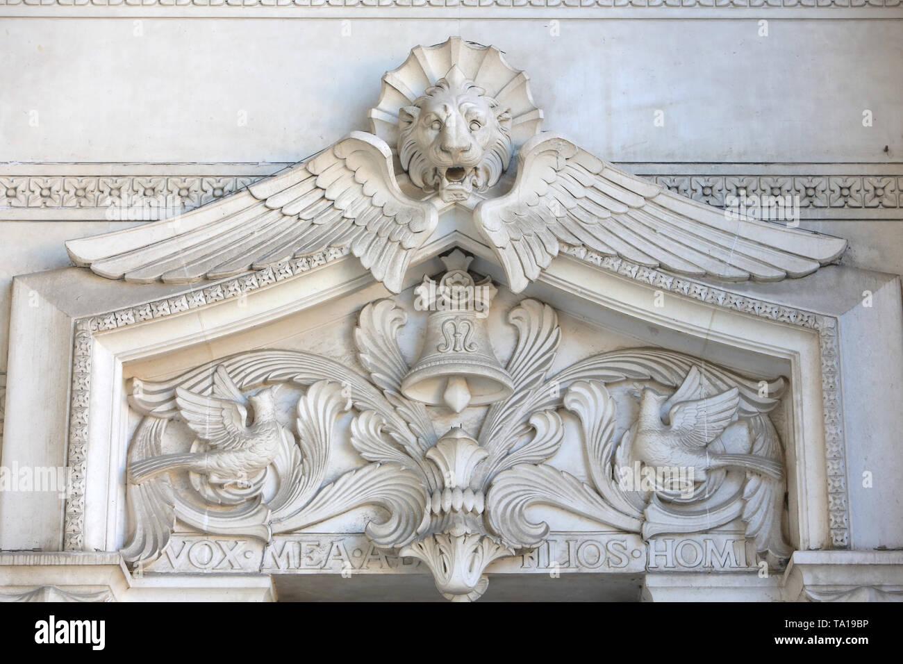 Fontaine aux poissons. Coupole. Basilika Notre-Dame de Fourvière. Lyon. Brunnen mit Fisch. Basilika Notre-Dame de Fourvière. Lyon. Stockbild