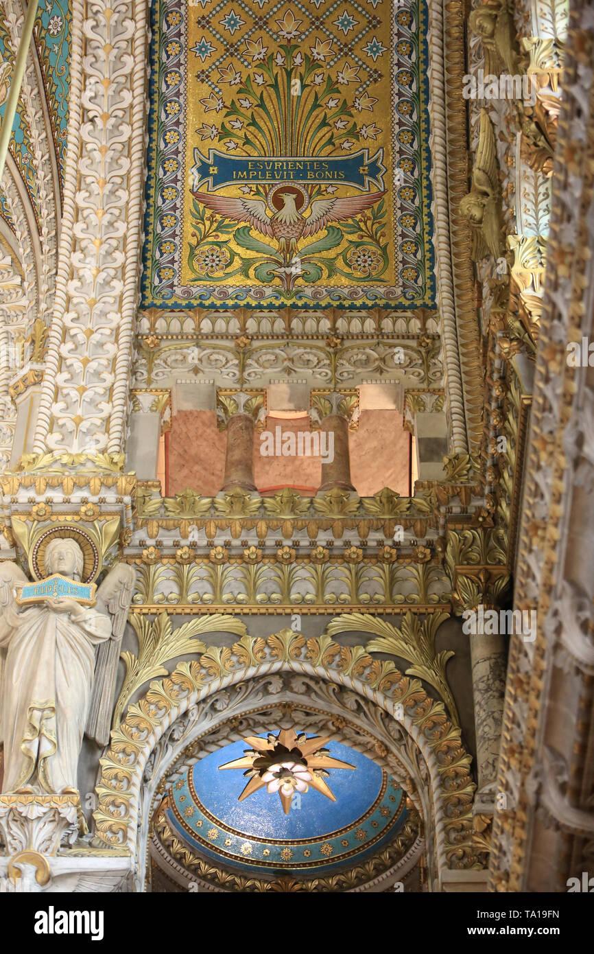 Créature ailée au Sommet de Colonnes. Crypte. Basilika Notre-Dame de Fourvière. Lyon. Geflügelte Kreatur auf die Spalten. Krypta. Stockbild