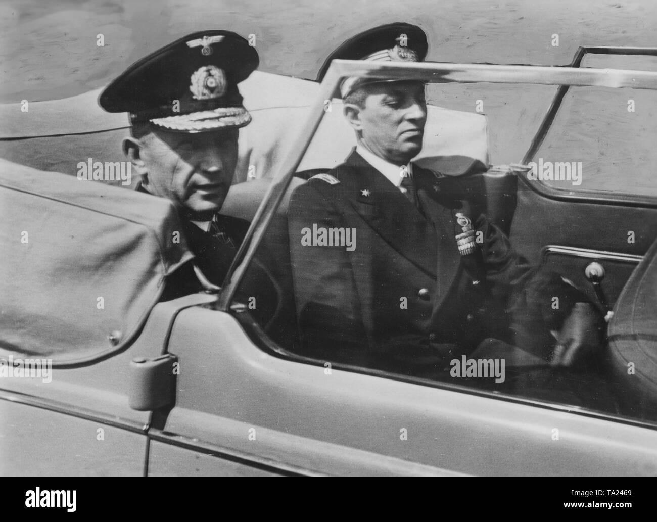 Befehlshaber der U-Boote, Karl Doenitz (links) mit dem Leiter der ...