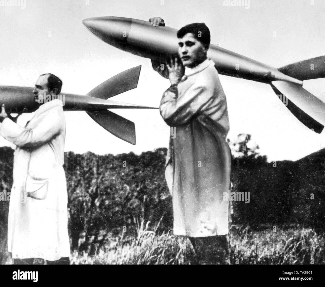 Die deutsche Rakete Wissenschaftler Rudolf Nebel und sein junger Assistent Wernher von Braun kleine Raketen auf die Rakete startet Website in Berlin. Stockfoto