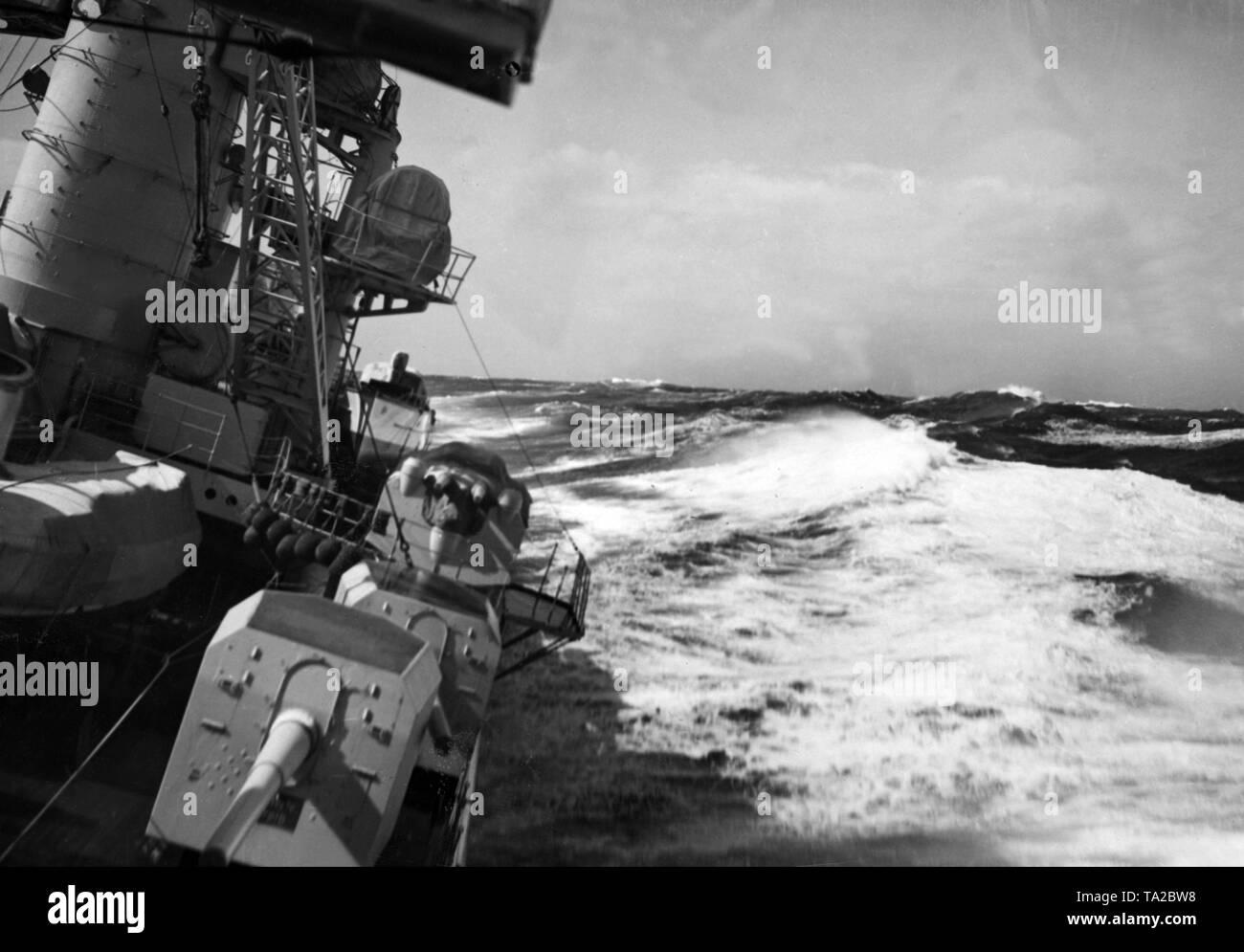 """Das Bild zeigt einen Teil des deutschen Schlachtschiff während eines Trainings Kreuzfahrt als Teil eines Manövers, die vorzeitig wegen des schlechten Wetters abgebrochen werden. Es könnte ein Schiff der """"Deutschland Klasse', die 'Deutschland', 'Admiral Scheer"""" oder """"Admiral Graf Spee"""". Stockbild"""