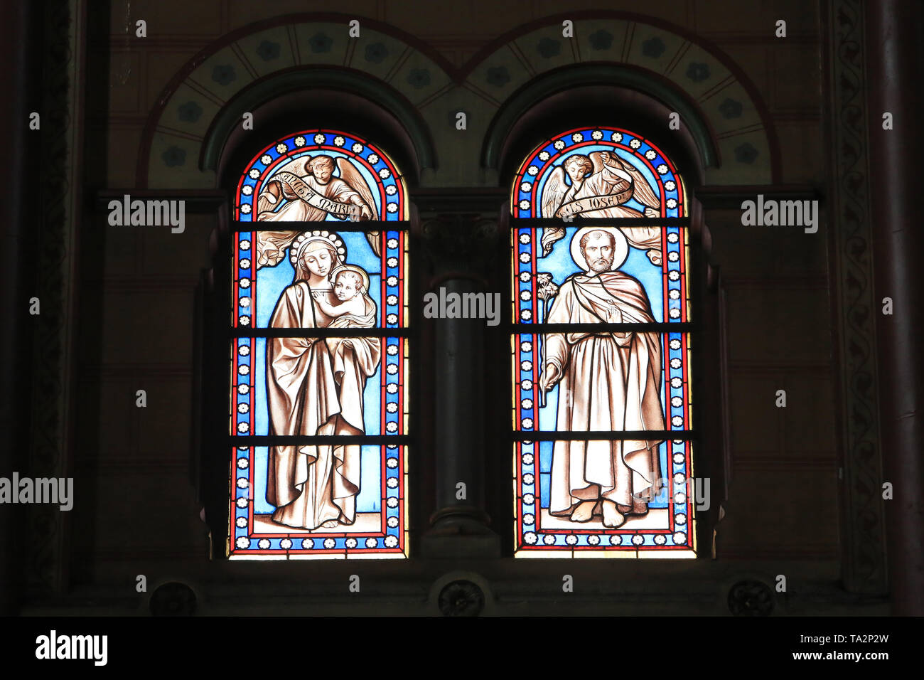 Vierge à l'Enfant. Joseph. Eglise Cook. Saint-Cloud. Jungfrau und Kind. Joseph. Glasmalerei. Kirche St. Clodoald. Saint-Cloud. Stockbild
