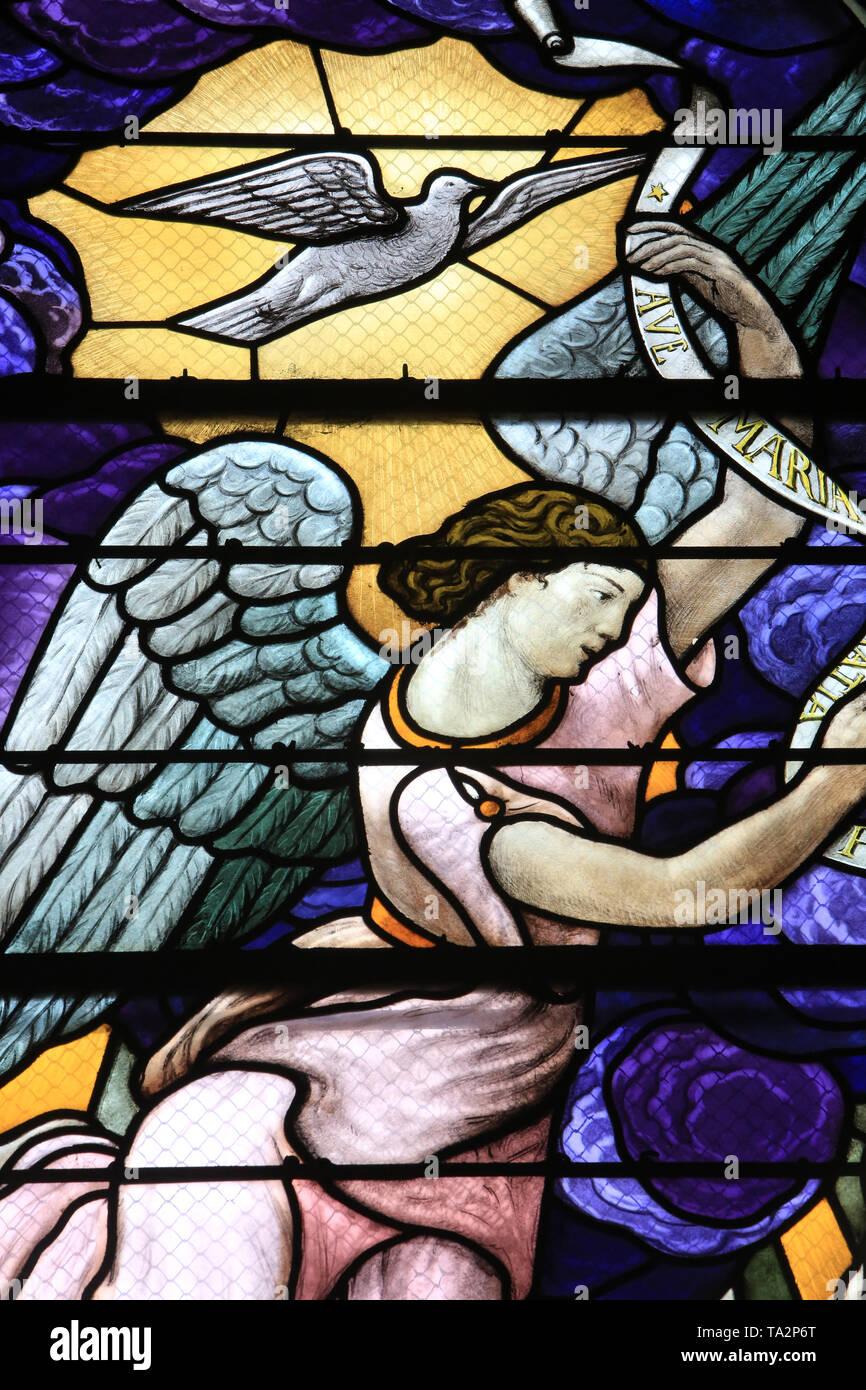 Ange et colombe. Vitrail. Saint-Eglise Cook. Saint-Cloud. Engel und Taube. Glasmalerei. Kirche St. Clodoald. Saint-Cloud. Stockbild
