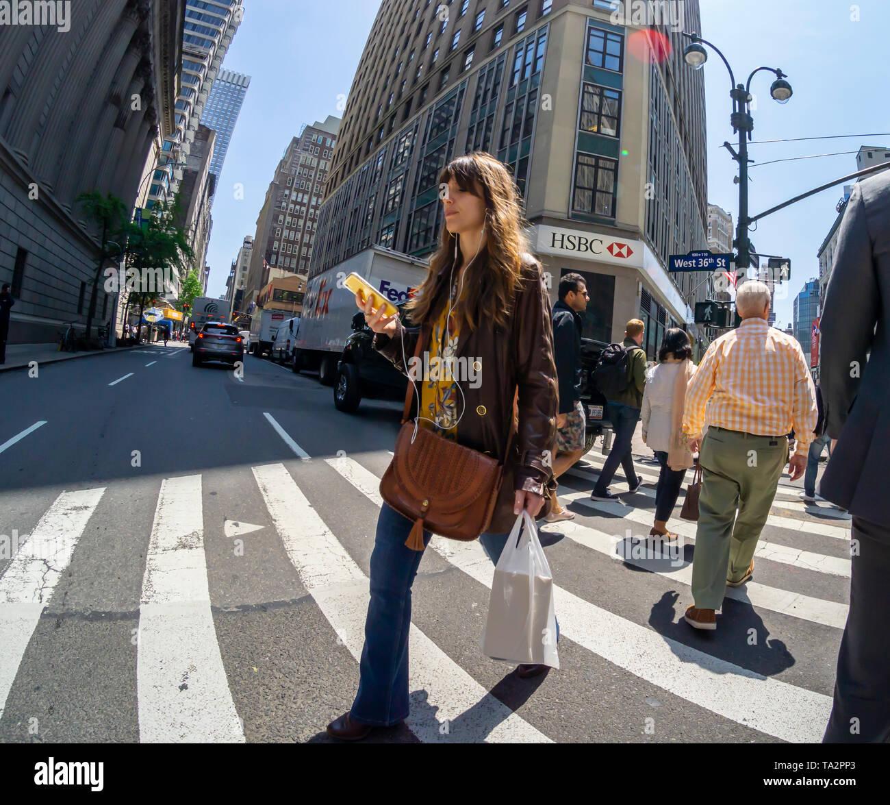 Ein abgelenkt tausendjährigen, in Ihrem Smartphone verfasst, in New York am Mittwoch, 8. Mai 2019. (© Richard B. Levine) Stockbild