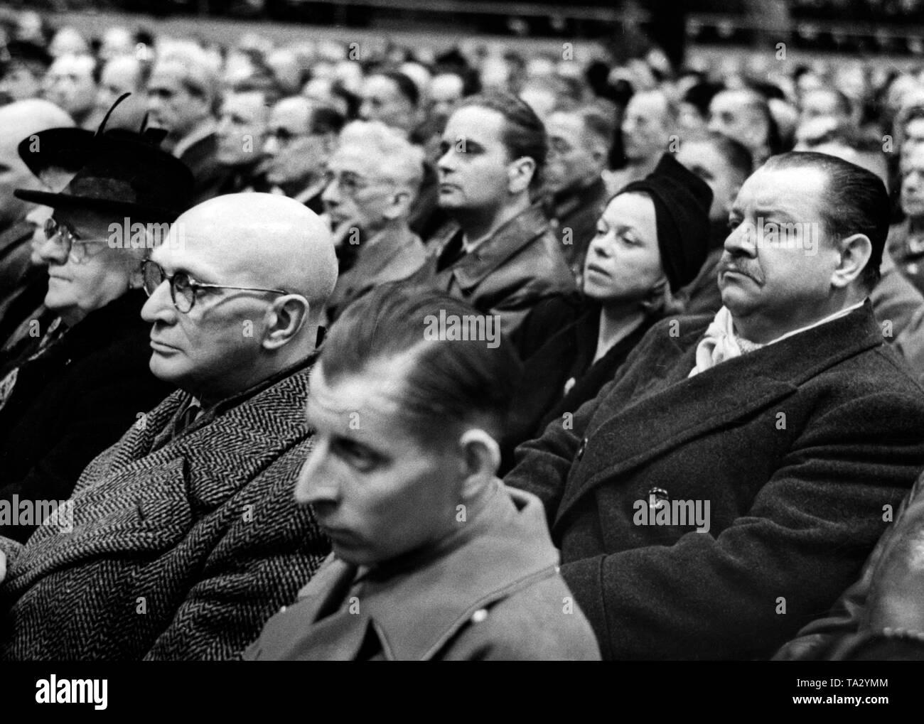 """Reichspropagagndaminister Josef Goebbels fordert ein """"Totaler Krieg"""" im Sportpalast in Berlin. Die Veranstaltung wurde von Invaliden von der Ostfront sorgte, Rüstung Arbeiter aus Berlin tank Fabriken, die Mitglieder der Partei, der Wehrmacht Soldaten, Ärzte, Wissenschaftler, Künstler, Architekten, Lehrer, Beamte, beschäftigte. Foto: Schwan Stockbild"""